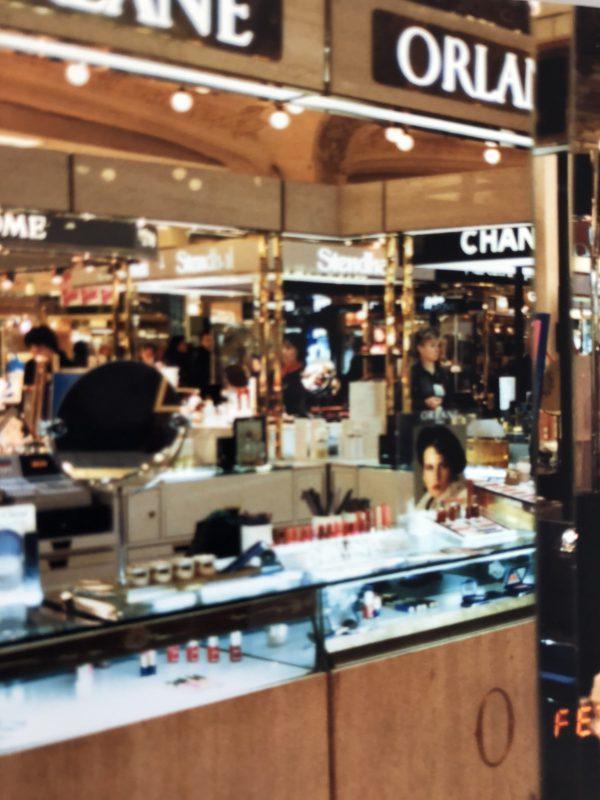 パリの化粧品売り場風景