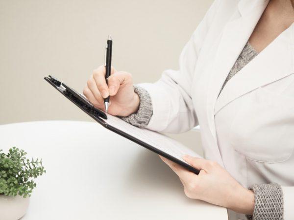 サロンの経営診断表に記入している経営管理者
