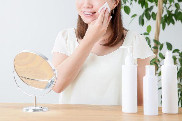 化粧品を使用している女性