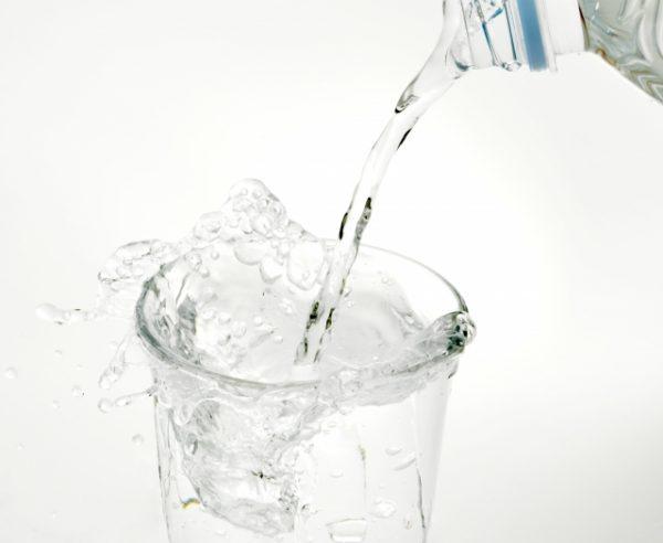 お水を注いでいる写真