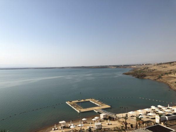 死海湖の風景
