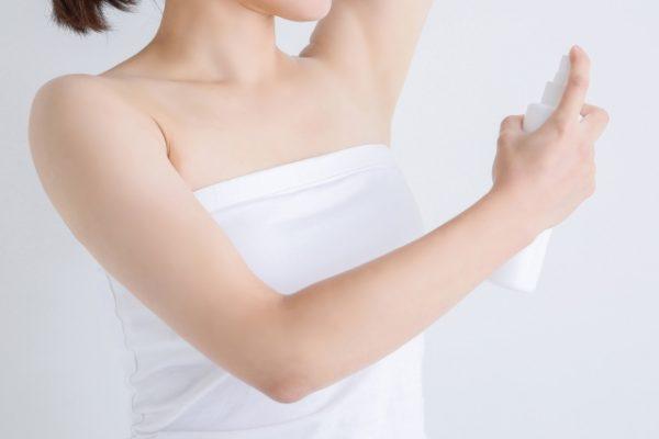 消臭スプレーを使用する女性
