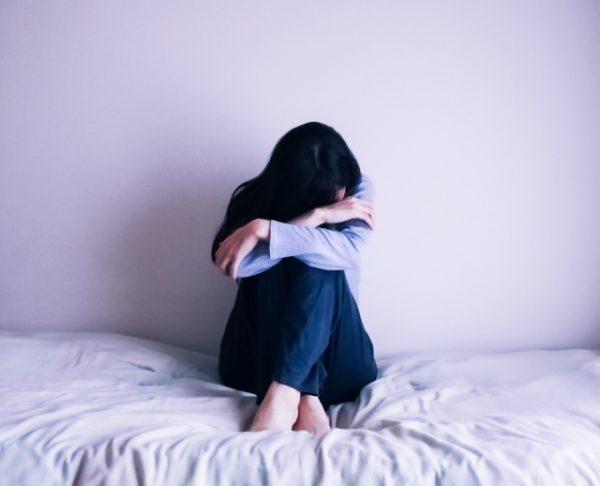 潜在意識に悩まされる女性のイメージ