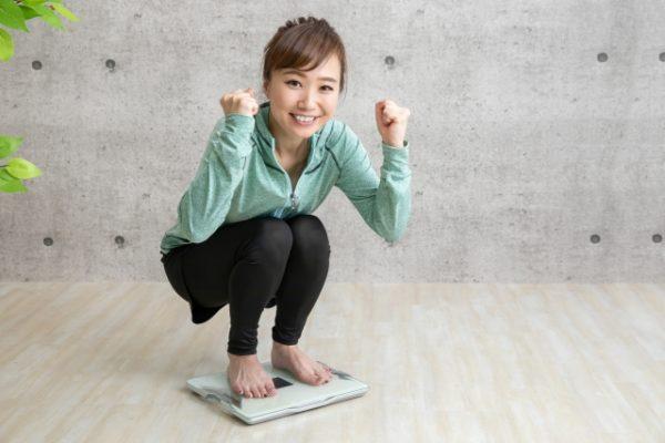 体重測定する女性
