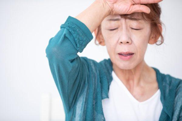 更年期症状に苦しむ女性